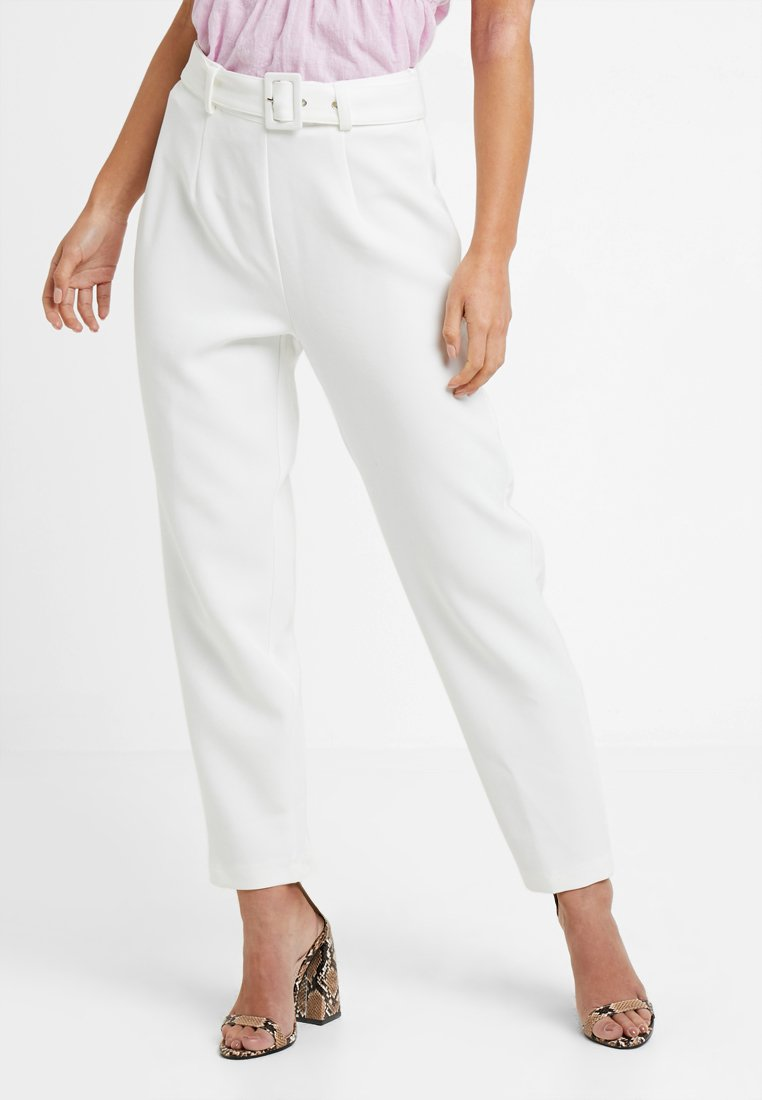 Missguided Petite - SELF BELT CIGARETTE TROUSER - Kalhoty - white