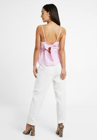 Missguided Petite - SELF BELT CIGARETTE TROUSER - Kalhoty - white - 2