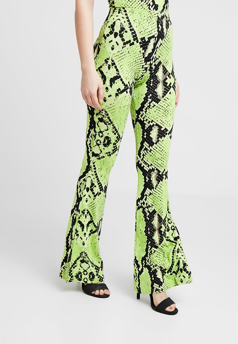 Missguided Petite - LEOPARD FLARE TROUSER - Stoffhose - neon
