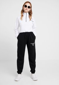 Missguided Petite - SLOGAN - Pantalon de survêtement - black - 1