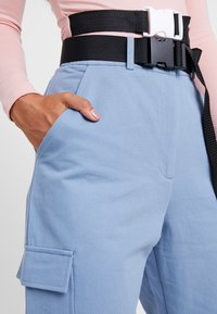 Missguided Petite - BELTED UTILITY COMBAT TROUSER - Kalhoty - blue - 4