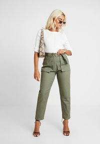 Missguided Petite - POCKET CIRCLE BELT CIGARETTE - Bukse - khaki - 1
