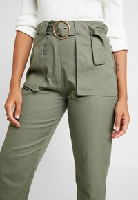 Missguided Petite - POCKET CIRCLE BELT CIGARETTE - Bukse - khaki - 5