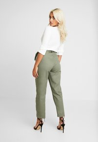 Missguided Petite - POCKET CIRCLE BELT CIGARETTE - Bukse - khaki - 2