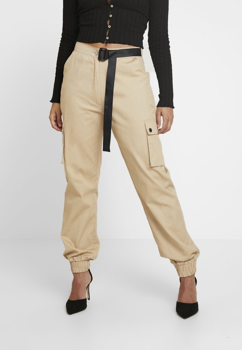 Missguided Petite - HIGH WAISTED BELTED CARGO TROUSER - Pantaloni - stone