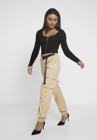 Missguided Petite - HIGH WAISTED BELTED CARGO TROUSER - Pantaloni - stone - 2
