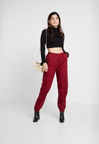 Missguided Petite - TWILL CARGO - Tracksuit bottoms - burgundy - 1