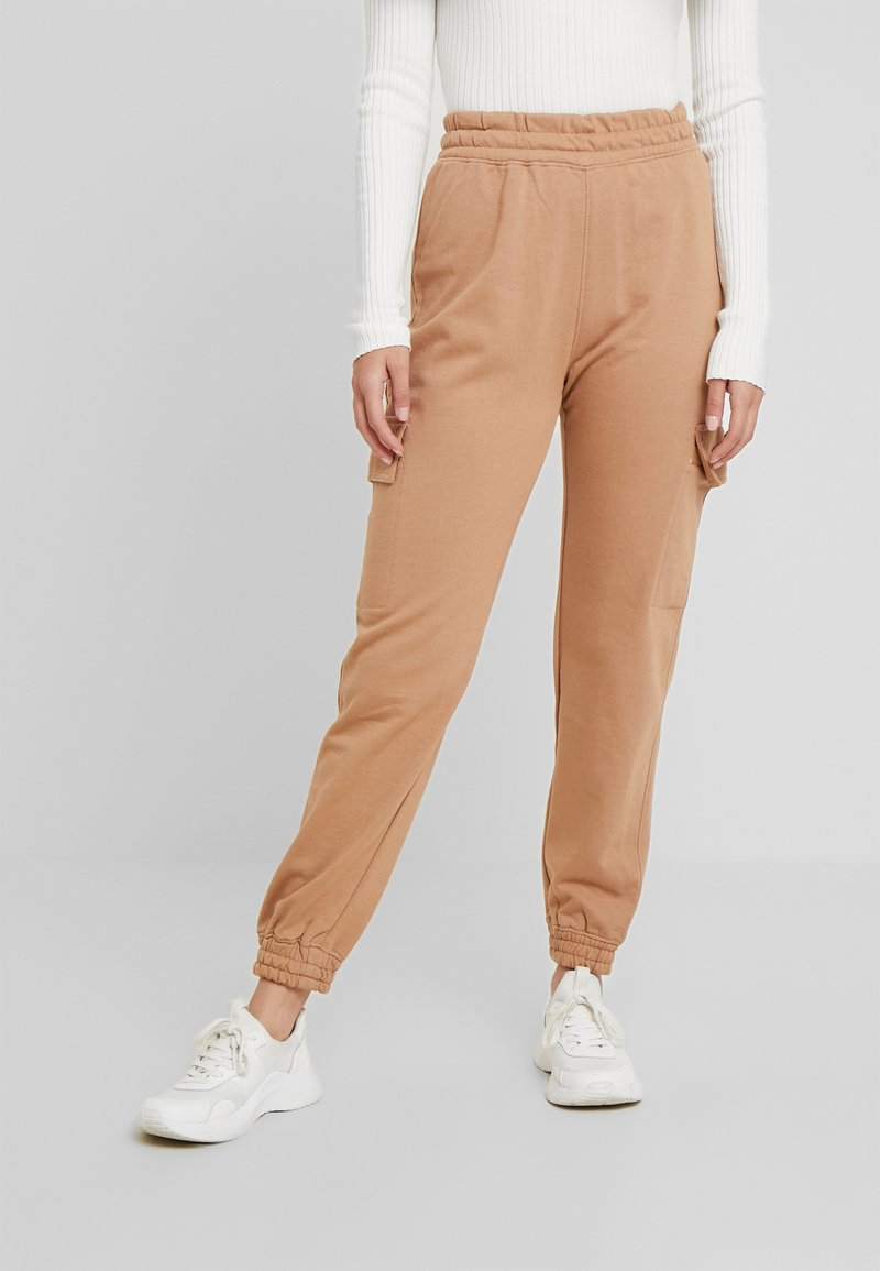 Missguided Petite - EMBROIDERED JOGGER BRANDED - Pantalones deportivos - camel