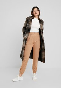 Missguided Petite - EMBROIDERED JOGGER BRANDED - Pantalones deportivos - camel - 2