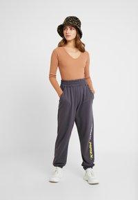 Missguided Petite - LOOP BACK TERRY - Pantalon de survêtement - charcoal - 1