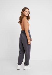 Missguided Petite - LOOP BACK TERRY - Pantalon de survêtement - charcoal - 2