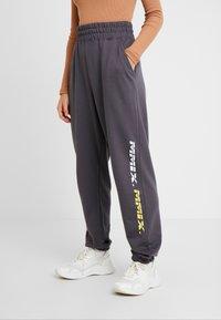 Missguided Petite - LOOP BACK TERRY - Pantalon de survêtement - charcoal - 0