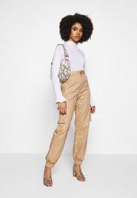 Missguided Petite - PLAIN CARGO TROUSER - Cargo trousers - sand - 1