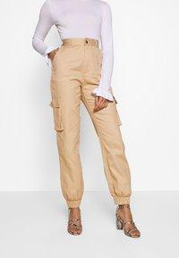 Missguided Petite - PLAIN CARGO TROUSER - Cargo trousers - sand - 0