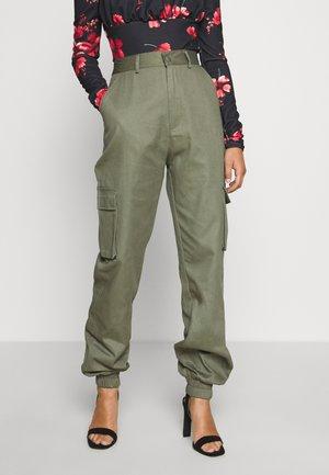 PLAIN CARGO TROUSER - Pantalones cargo - khaki