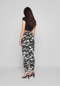 Missguided Petite - HIGH WAISTED CAMO CARGO TROUSERS - Pantaloni - grey - 2
