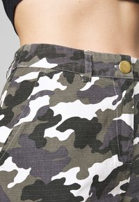 Missguided Petite - HIGH WAISTED CAMO CARGO TROUSERS - Pantaloni - grey - 4