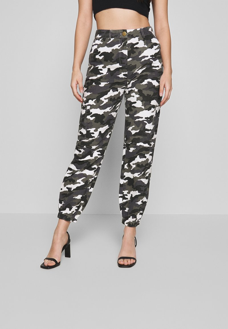 Missguided Petite - HIGH WAISTED CAMO CARGO TROUSERS - Pantaloni - grey