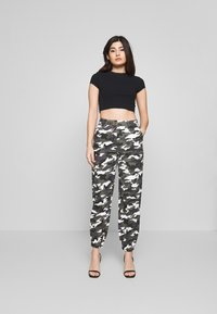 Missguided Petite - HIGH WAISTED CAMO CARGO TROUSERS - Pantaloni - grey - 1