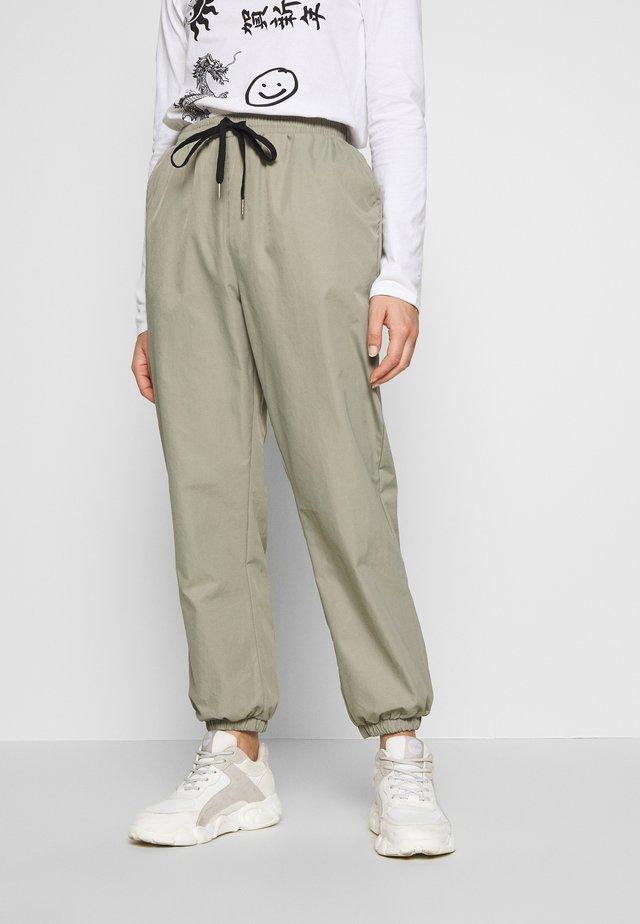 PETITESAGE CONTRAST  - Pantaloni sportivi - sage