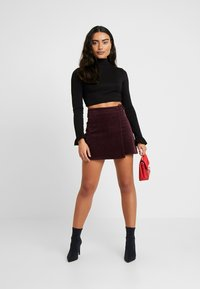 Missguided Petite - BUCKLE WRAP SKIRT - A-Linien-Rock - burgundy - 1