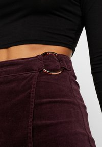 Missguided Petite - BUCKLE WRAP SKIRT - A-Linien-Rock - burgundy - 4