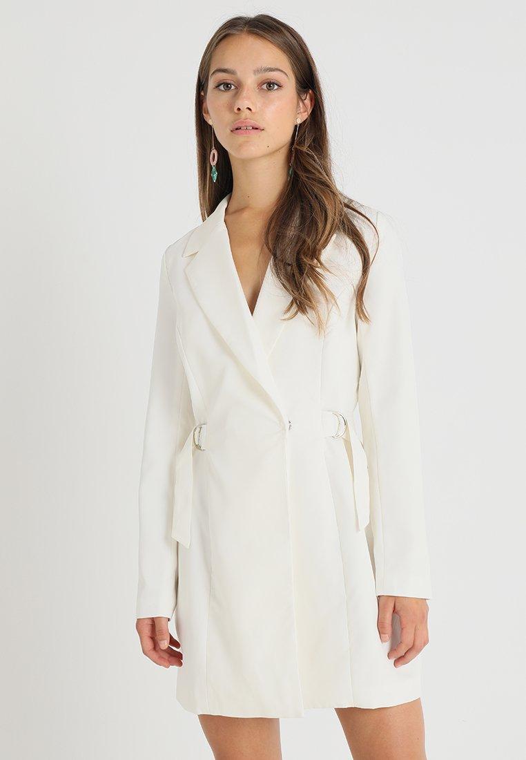 Missguided Petite - D RING DETAIL BLAZER DRESS - Cocktailkjoler / festkjoler - white