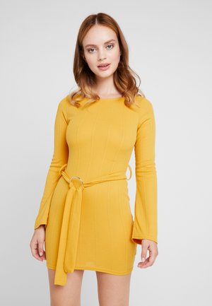 O RING BELTED MINI DRESS - Trikoomekko - mustard