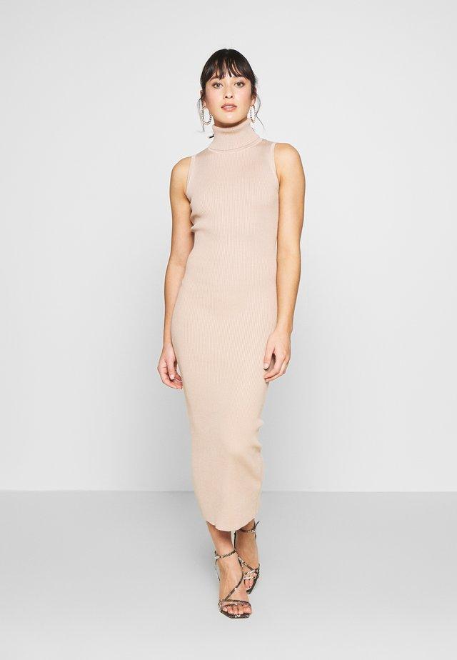 ROLL NECK SLEEVELESS DRESS - Gebreide jurk - camel