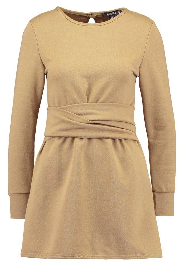 TIE WAIST DRESS - Sukienka letnia - khaki