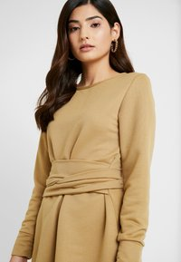 Missguided Petite - TIE WAIST DRESS - Vapaa-ajan mekko - khaki - 5