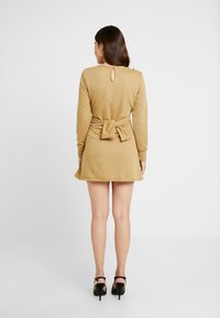 Missguided Petite - TIE WAIST DRESS - Vapaa-ajan mekko - khaki - 4
