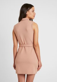 Missguided Petite - SLEEVELESS BELTED MIDI DRESS - Shift dress - camel - 3