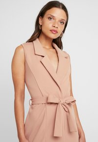 Missguided Petite - SLEEVELESS BELTED MIDI DRESS - Shift dress - camel - 5