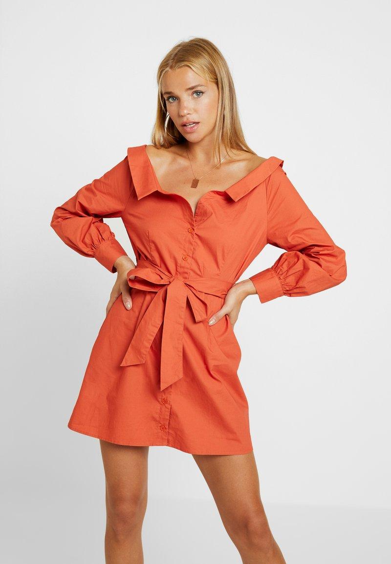 Missguided Petite - POPLIN BARDOT BELTED DRESS - Blusenkleid - rust
