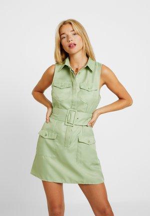 SLEEVELESS BELTED POCKET FRONT DRESS - Vestido camisero - washed khaki