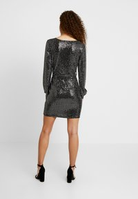 Missguided Petite - PLUNGE BELTED MINI DRESS - Sukienka etui - silver - 2