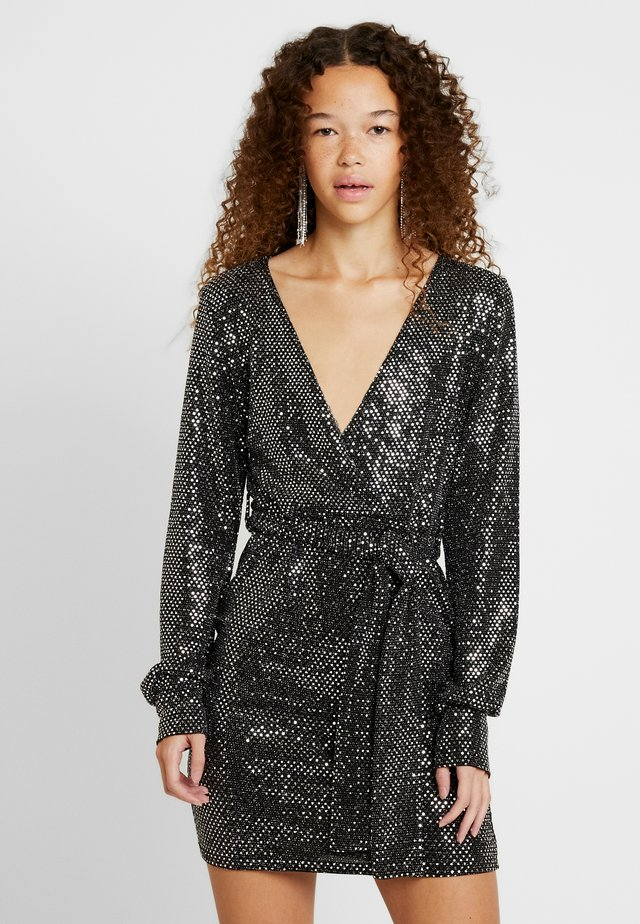 PLUNGE BELTED MINI DRESS - Robe fourreau - silver