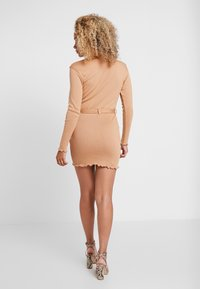 Missguided Petite - LETTUCE HEM TURTLE NECK DRESS - Kotelomekko - beige - 3