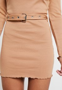 Missguided Petite - LETTUCE HEM TURTLE NECK DRESS - Kotelomekko - beige - 6