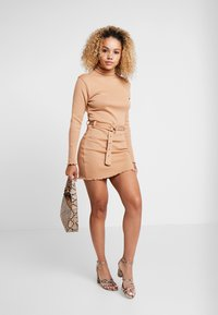 Missguided Petite - LETTUCE HEM TURTLE NECK DRESS - Kotelomekko - beige - 2