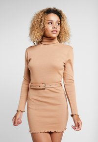 Missguided Petite - LETTUCE HEM TURTLE NECK DRESS - Kotelomekko - beige - 0