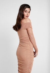 Missguided Petite - RUCHED BARDOT MIDAXI DRESS - Vestito lungo - camel - 4