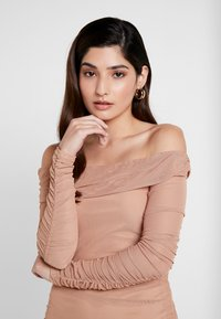 Missguided Petite - RUCHED BARDOT MIDAXI DRESS - Vestito lungo - camel - 6