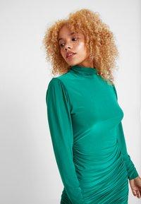 Missguided Petite - TEXTURED HIGH NECK RUCHED MINI DRESS - Robe fourreau - emerald - 4