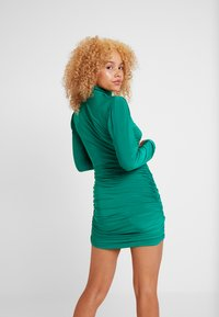 Missguided Petite - TEXTURED HIGH NECK RUCHED MINI DRESS - Robe fourreau - emerald - 3