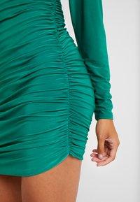 Missguided Petite - TEXTURED HIGH NECK RUCHED MINI DRESS - Robe fourreau - emerald - 6