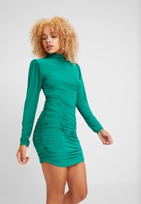 Missguided Petite - TEXTURED HIGH NECK RUCHED MINI DRESS - Robe fourreau - emerald - 0
