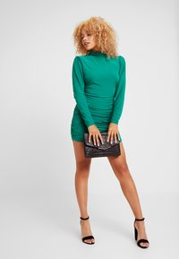 Missguided Petite - TEXTURED HIGH NECK RUCHED MINI DRESS - Robe fourreau - emerald - 2