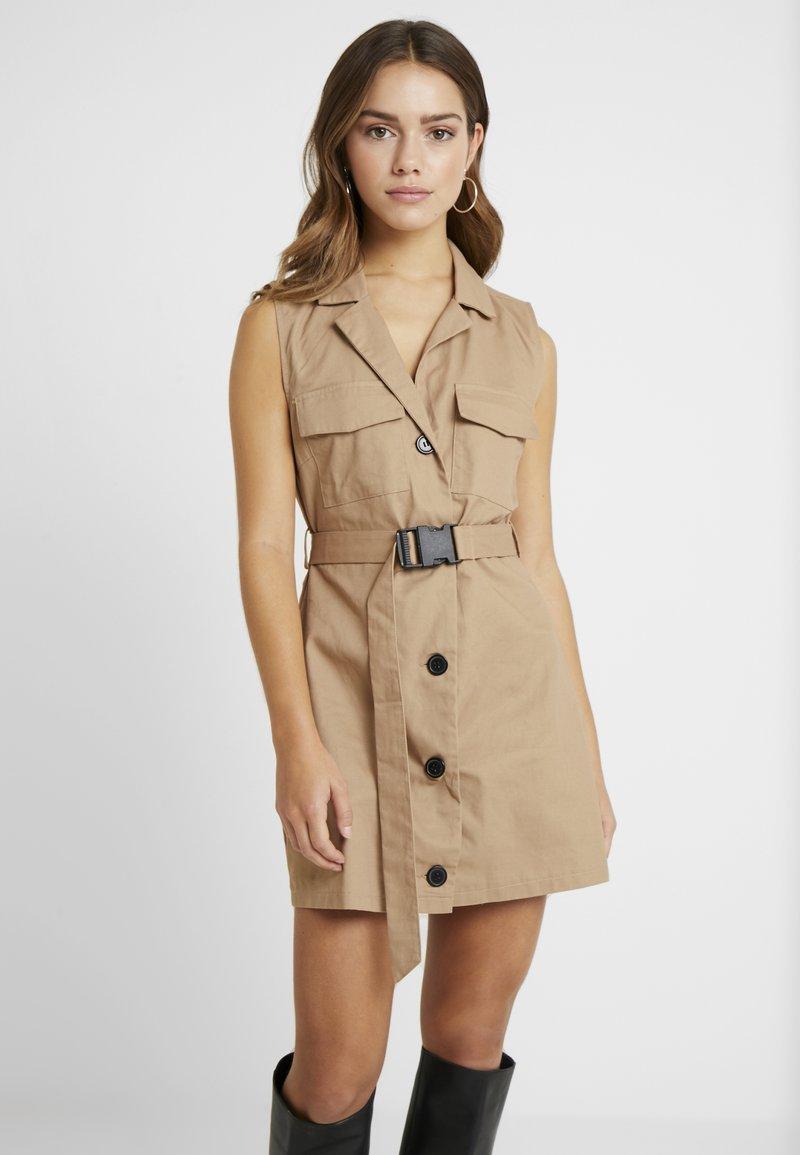 Missguided Petite - DRESS SELF BELTED - Vestido camisero - nude/tan